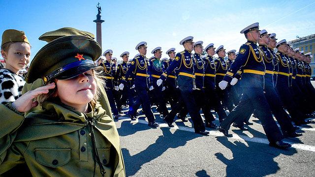ראש הממשלה בנימין נתניהו נשיא רוסיה ולדימיר פוטין מצעד צבאי חמישה במאי מוסקבה (צילום: AFP)