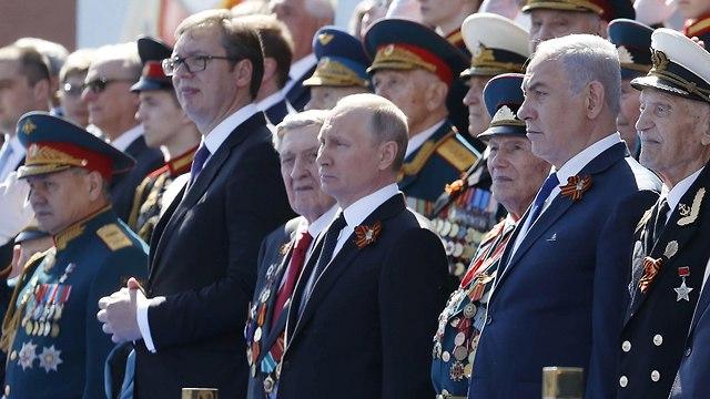 ראש הממשלה בנימין נתניהו נשיא רוסיה ולדימיר פוטין מצעד צבאי חמישה במאי מוסקבה (צילום: EPA)