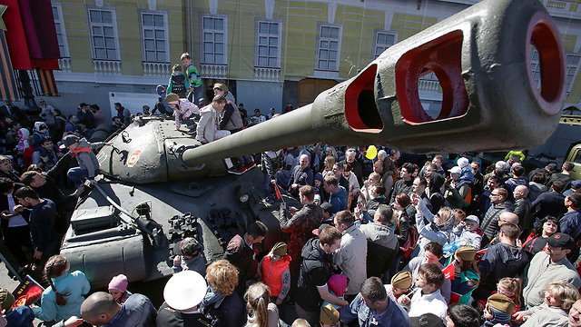 מצעד צבאי ציון 73 שנה לניצחון על גרמניה הנאצית במלחמת העולם השנייה ב סנט פטרבורג רוסיה (צילום: AP)