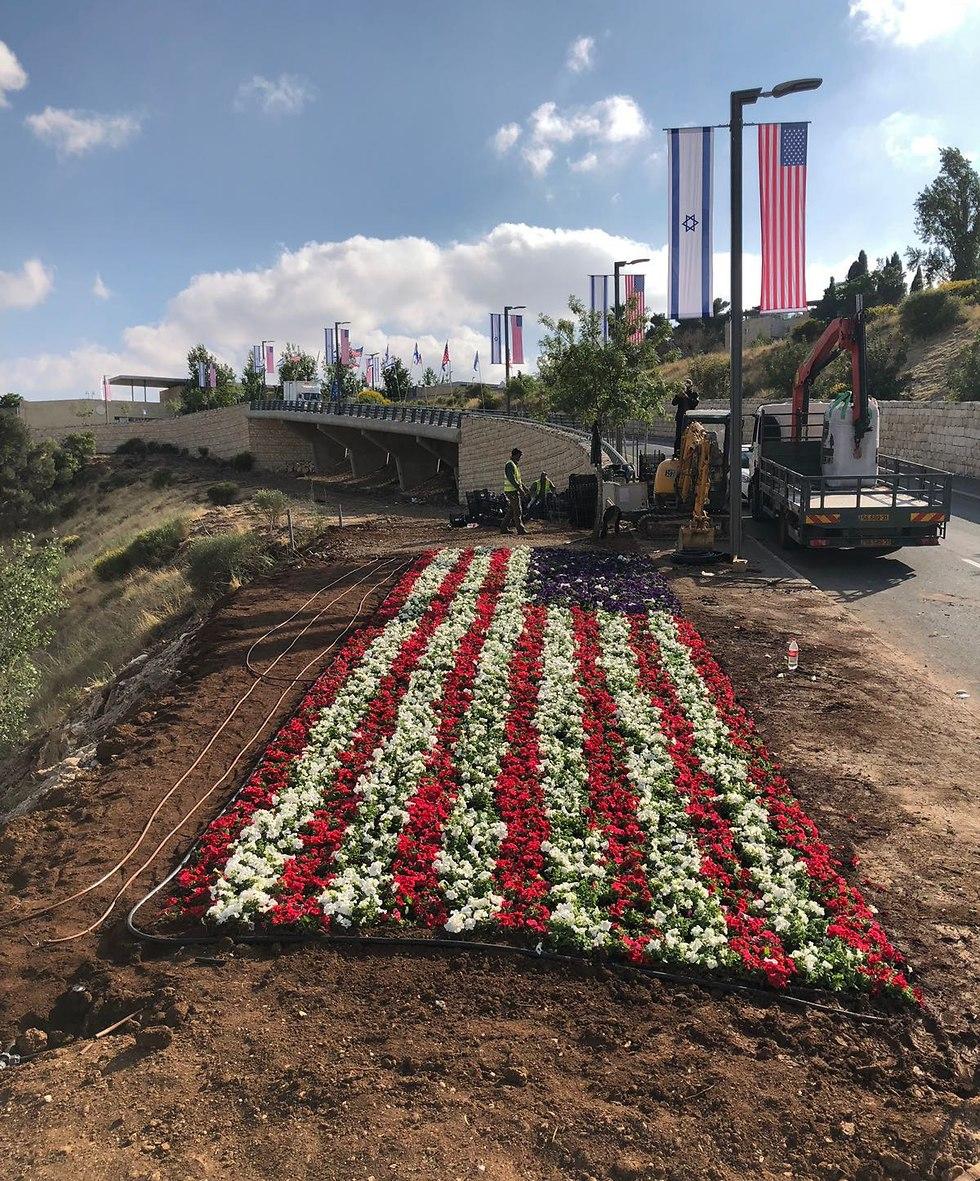 ארוגות פרחים לכבוד העברת שגרירות ארה