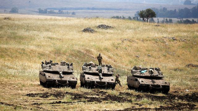 טנקים וחיילים ברמת הגולן (צילום: רויטרס)