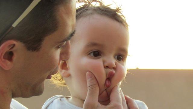 ניר אמבר והתינוק (צילום: אוסף משפחתי)