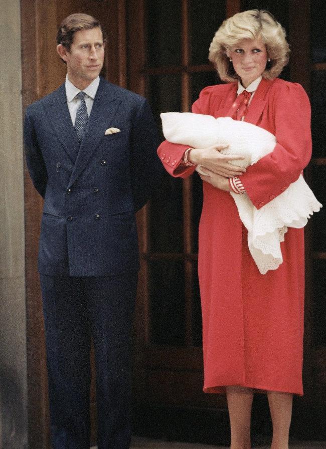 נסיך נולד! הנסיכה דיאנה, הנסיך צ'ארלס והנסיך הארי הקטן (צילום: AP)