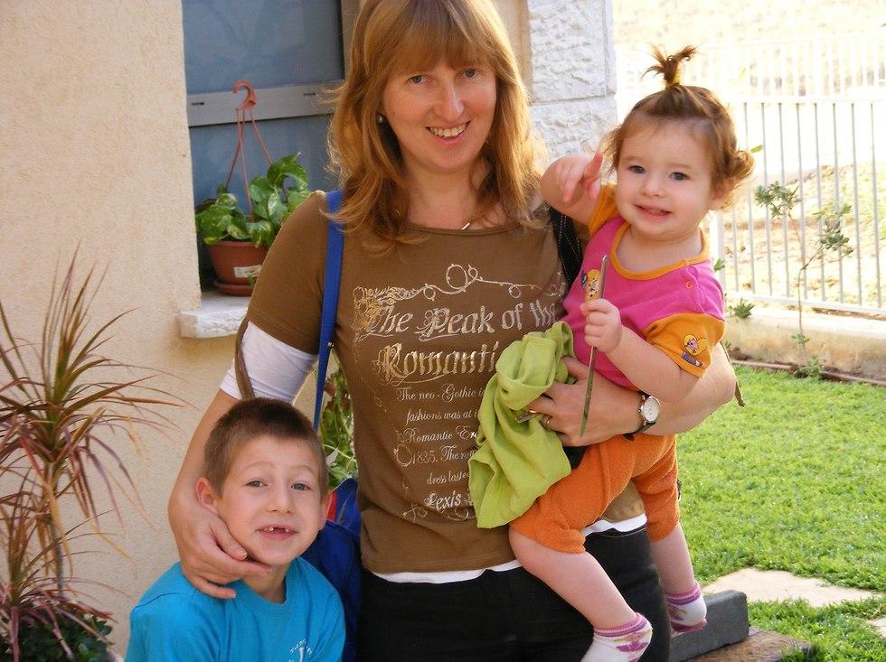 שאולי עם ילדיה שבעות ספורים לפני ניתוח השתל הראשון (צילום: מתוך אלבום משפחתי)
