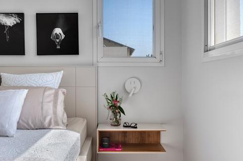 הרהיטים והמנורות לצד המיטה קלילים למראה (צילום: עודד סמדר)