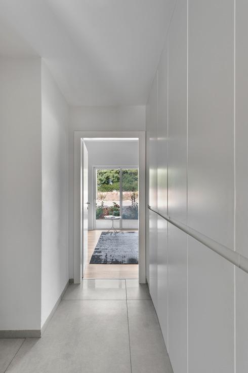 קיר הארונות במסדרון שמוביל ליחידת האירוח  (צילום: עודד סמדר)