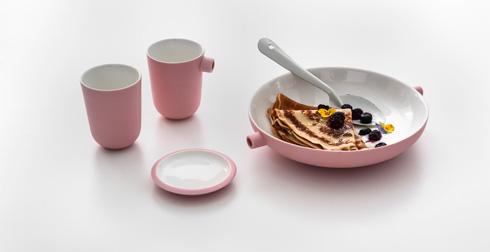 גם כלי האוכל ורודים (צילום: עודד סמדר)