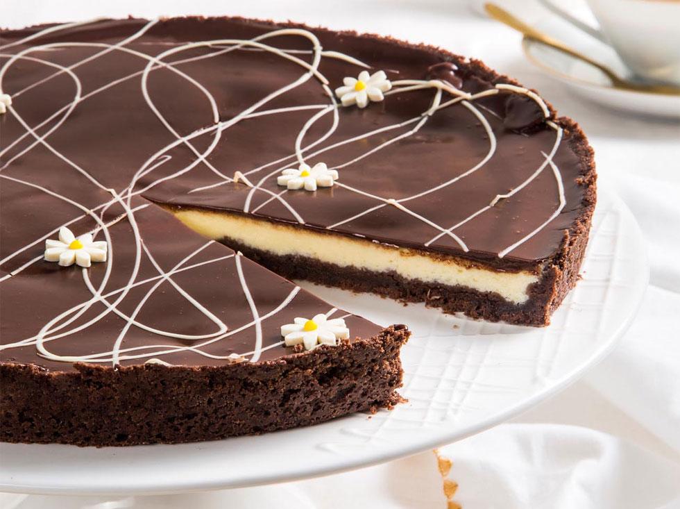טארט גבינה ושוקולד לבן עם בצק פריך שוקולדי וציפוי גנאש  (צילום: אסף אמברם)