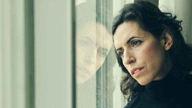 אישה מביטה מהחלון (צילום: shutterstock)