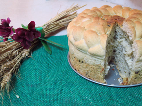 לחם צמה עם תרד, גבינות ועגבניות מיובשות (צילום: דינה משה)