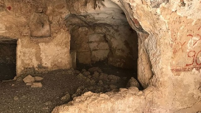 המערה שהושחתה במדבר יהודה (צילום: אסף קמר)