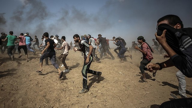 Thousands of Palestinian rioters expected to try to breach the border fence (Photo: EPA)