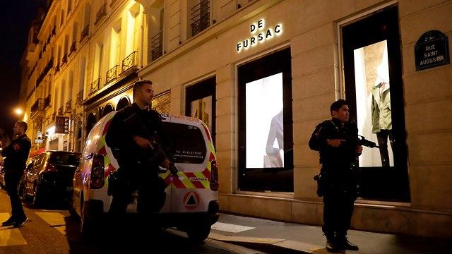 דקירות ב לב פריז צרפת גבר רצח אדם פצע שמונה ו חוסל (צילום: AFP)