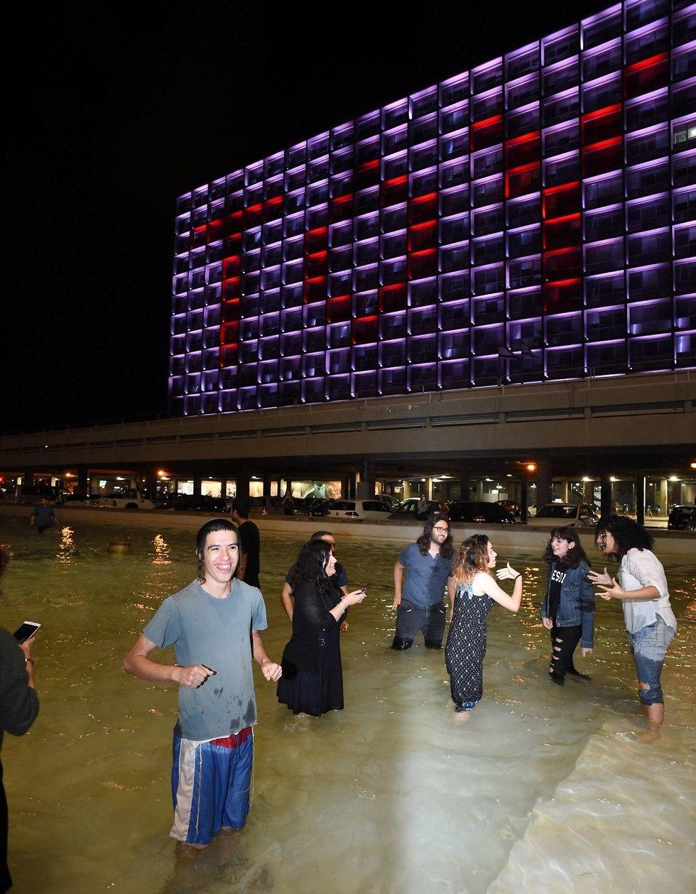 מסיבה בכיכר לאחר הזכיה (צילום: יובל חן)