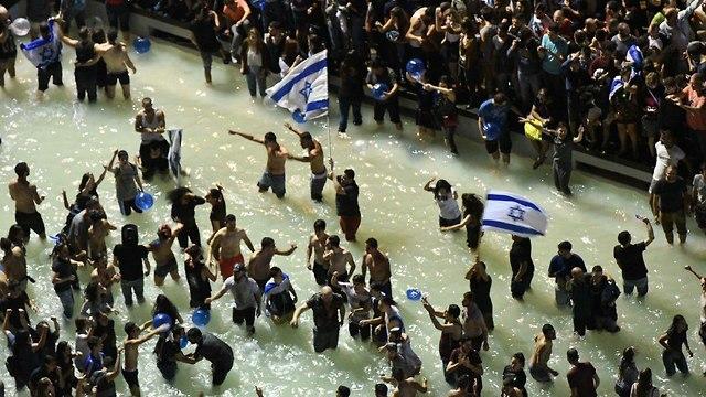 מסיבה בכיכר לאחר הזכיה (צילום: מוטי קמחי)