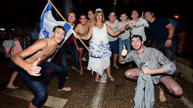 מסיבה בכיכר לאחר הזכיה (צילום: רז גרוס)