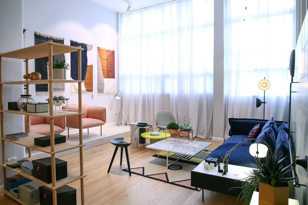 pas normal, שנפתחה כסטודיו קטן לפני שלוש שנים, גדלה ומתחדשת בחלל מרווח יותר, שמציג רהיטים ואביזרים מ-15 מותגים שונים. כדאי לשים לב לקולקציית השטיחים המגוונת: הקלילים של Ferm Living, הצבעוניים של Aelfie, הגרפיים של Anna Karlin מניו יורק, ואלה של המותג הרומני Dare to rug (צילום: דרור סיתהכל)