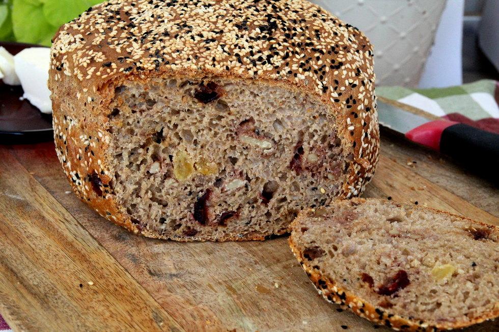 לחם כוסמין עם אגוזים ופירות יבשים (צילום: דפנה אוסטר מיכאל)