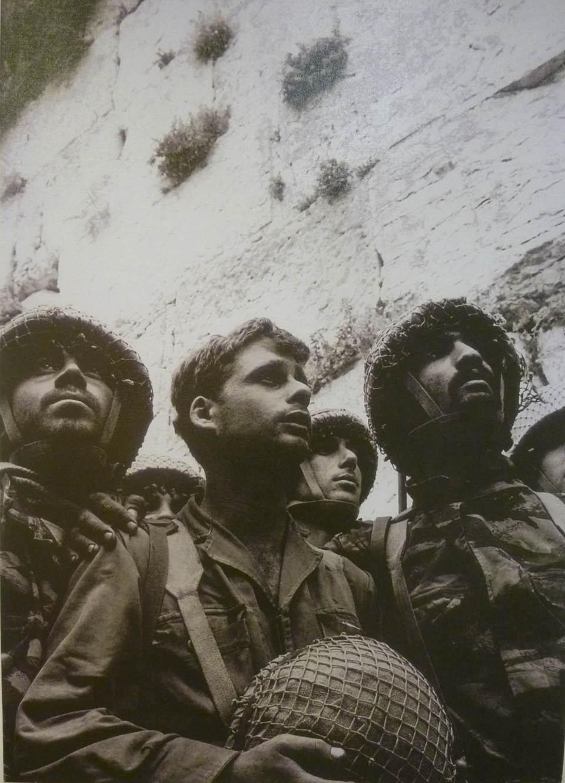 Десантники у освобожденной Стены плача. Фото: Давид Рубингер