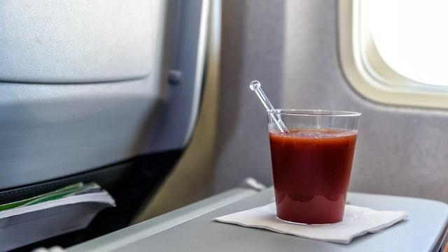 מיץ עגבניות במטוס (צילום: שאטרסטוק)