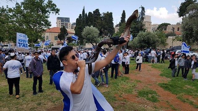 צעדת ריקוד דגלים גן העצמאות ירושלי ()