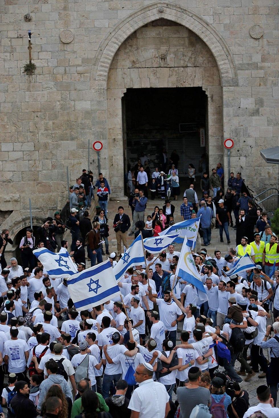 ריקוד דגלים שער שכם ירושלים (צילום: AFP)