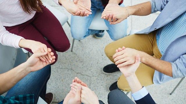 אנשים מחזיקים ידיים (shutterstock)