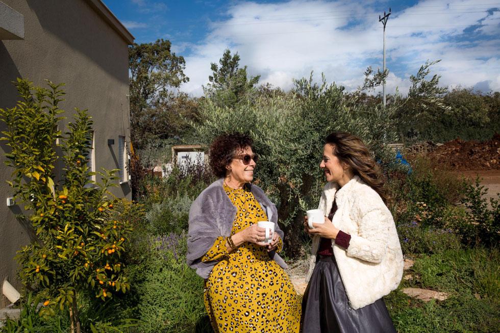 המעצבת ליבנת כהן-מרין (מימין) עם גוטליב, בגינת הבית (צילום: יפעת יוגב)