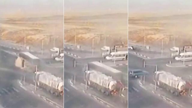 התנגשות בין אוטובוס ורכב פרטים בכביש 40 ()