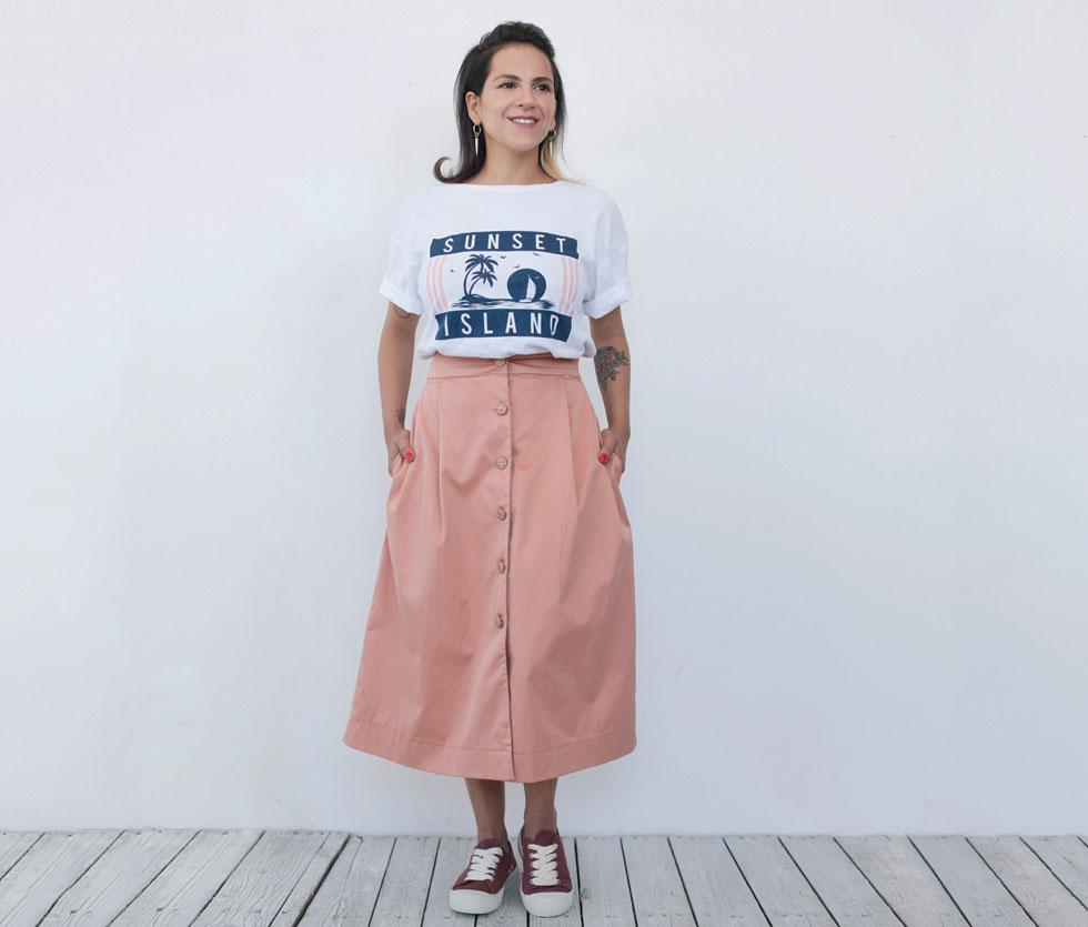 רצוי להתייחס אל החצאית כאל ג'ינס, כלומר - ללבוש אותה עם טי-שירט וסניקרס.  טי־שירט, 60 שקל, ברשקה. סניקרס, 200 שקל, פול אנד בר (צילום: עדו לביא, סטיילינג: תמי ארד־ברקאי)