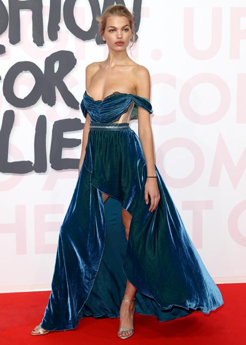 דפני גרונוולד בשמלת קטיפה א-סימטרית של המותג הלונדוני AADNEVIK  (John Phillips/GettyimagesIL)