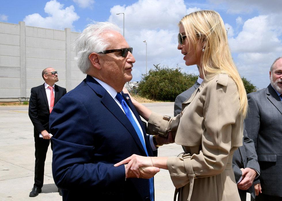 להשלמת הלוק הקז'ואלי: משקפי שמש בסגנון טייסים, נעלי עקב שחורות עם חרטום מחודד וזוג עגילי פנינה  (צילום: Reuters)