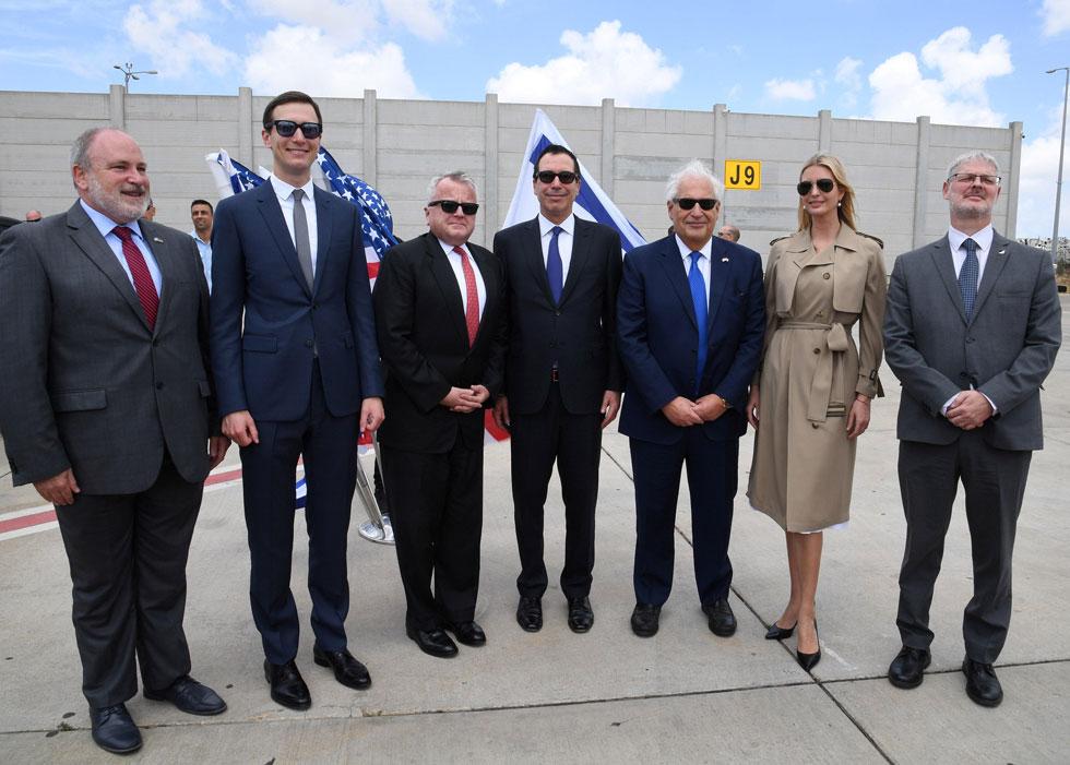 מראה קלאסי, שמרני ורשמי. איוונקה טראמפ נוחתת בישראל לבושה במעיל טרנץ' של מייקל קורס, שמחירו 9,240 שקל (צילום: Reuters)