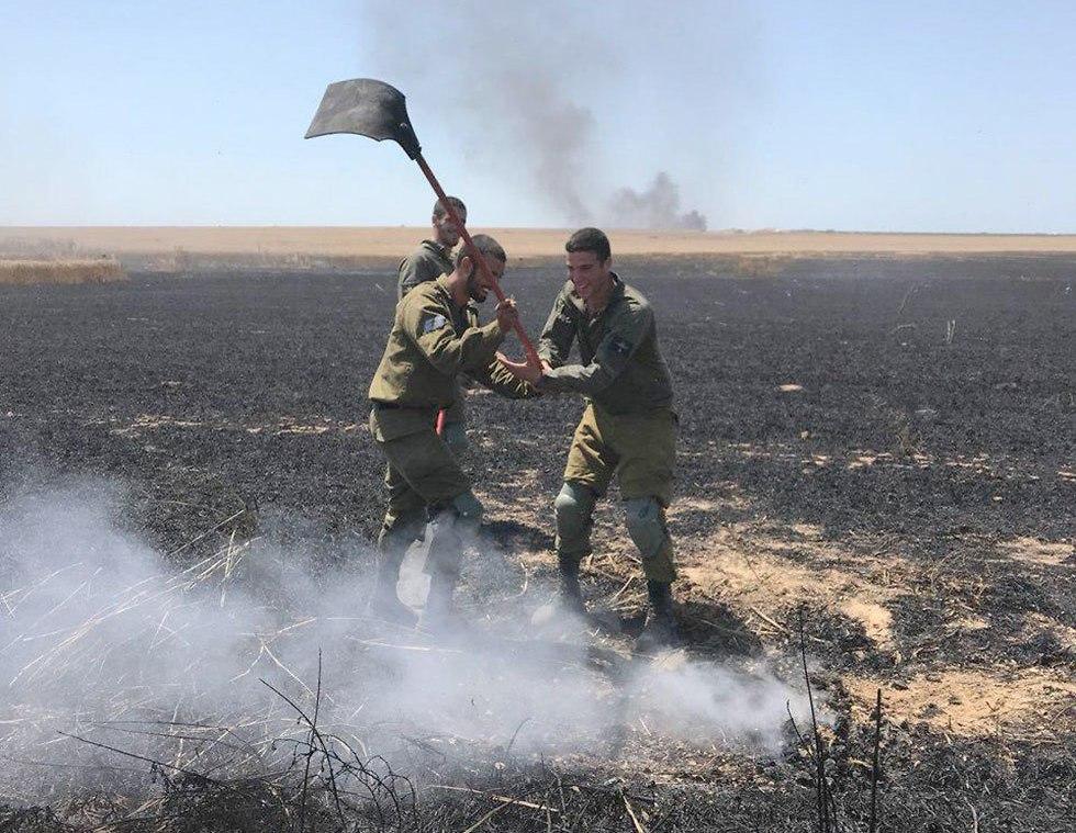 חיילים מכבים שרפה ברצועת עזה (צילום: גדי קבלו)