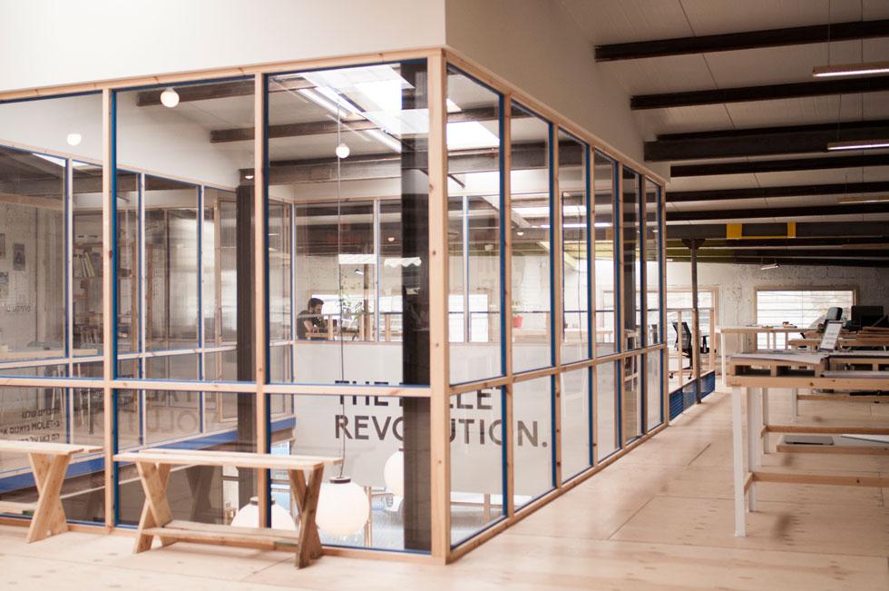 עיצוב הפנים ממחיש את החזון: להפוך למרכז ידע של עבודה בחומרים ממוחזרים, ולהראות שאפשר לייצר רהיטים בלי ללכת לנגר או לאיקאה, מחומרים משומשים, מקומיים (צילום: מולט)