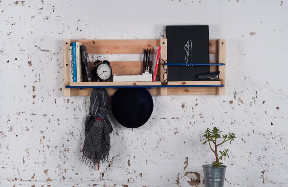 הרעיון שבבסיס הפעילות הוא שימוש בחומר גלם פשוט וזמין כמו משטחי העמסה מעץ. המוצר המוגמר לא נראה גולמי כמו המשטח (צילום: כפיר עינב)