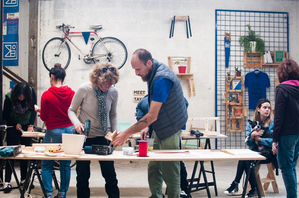 קומת הקרקע של מולט האוס היא סדנת עבודה גדולה, שבה מייצרים ומעבירים סדנאות. כאן מבקשים חברי מולט להוריד מלים כמו מיחדוש, קיימות ועיצוב לקרקע, וללמד איך להפוך אותן למשהו שניתן למימוש עצמאי ומיידי. רגלי השולחנות, אגב, מוחזרו מפיגומי בניין (צילום: מולט)