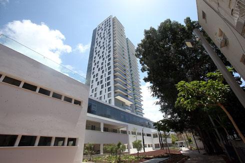 בית חולים ''אסותא'' בתל אביב, היום מתחם יוקרה (הבניין הנמוך היה בית החולים), בתכנון יוסף נויפלד (צילום: יריב כץ)