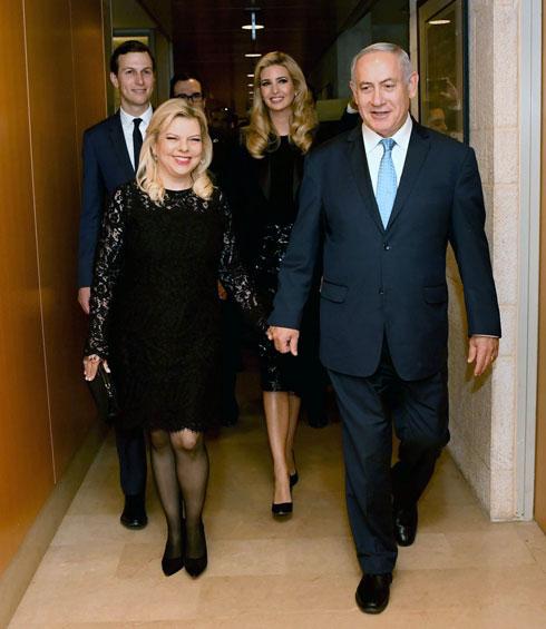 """גם שרה נתניהו בחרה באופן מקרי בשמלה שחורה של מייקל קורס לקבלת הפנים (צילום: אבי אוחיון, לע""""מ)"""