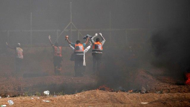 פרמדיקים פלסטינים (צילום: AFP)