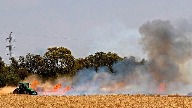 שריפה שדה חיטה ב נחל עוז עפיפון תבערה רצועת עזה (צילום: AFP)