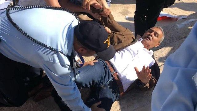 ג'מאל זחאלקה בהפגנה מחוץ לטקס העברת השגרירות ()