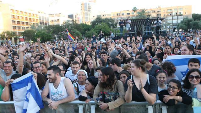 הקהל בחגיגות הזכייה בכיכר רבין (צילום: מוטי קמחי)