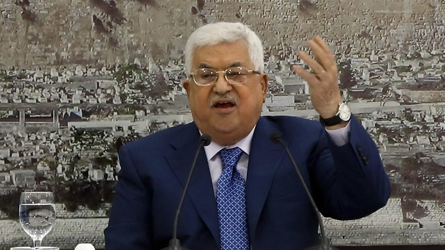 Abbas' spokesman says implementing decision would lead to 'harsh Palestinian decisions' (Photo: EPA)