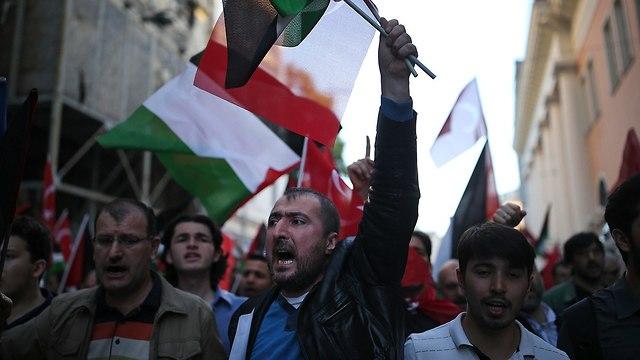 מפגינים ב איסטנבול טורקיה מחאה על העברת שגרירות ארה