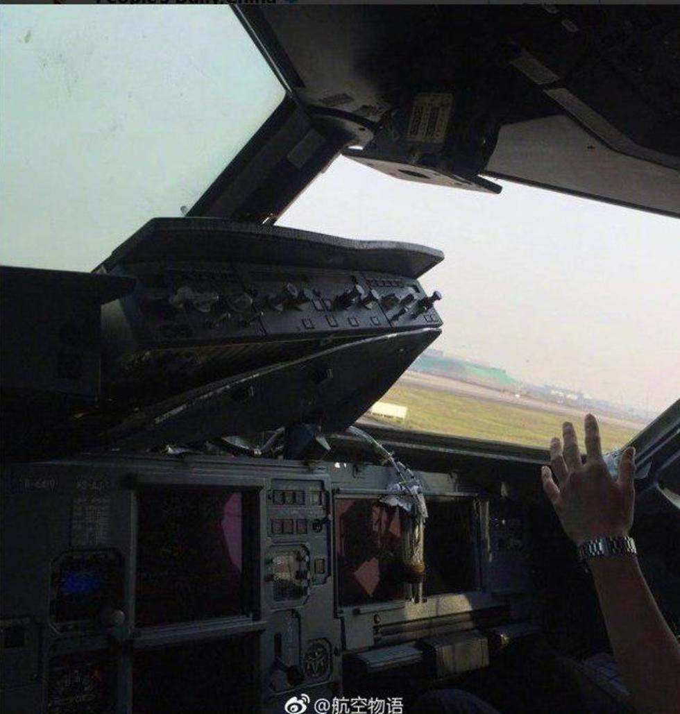 תא הטייס לאחר ששמשה התנפצה סצ'ואן איירליינס (צילום: People's Daily, China)