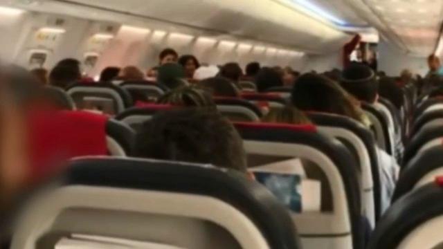 נוסע ישראלי הורד מטיסת נורוויג'ן אייר ()