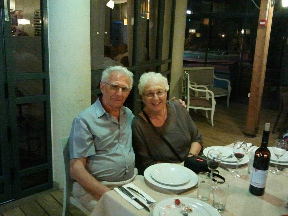 סבתא דבורה וסבא יעקב. כבר לא חולקים סרדינים (צילום: מתוך אוסף פרטי)