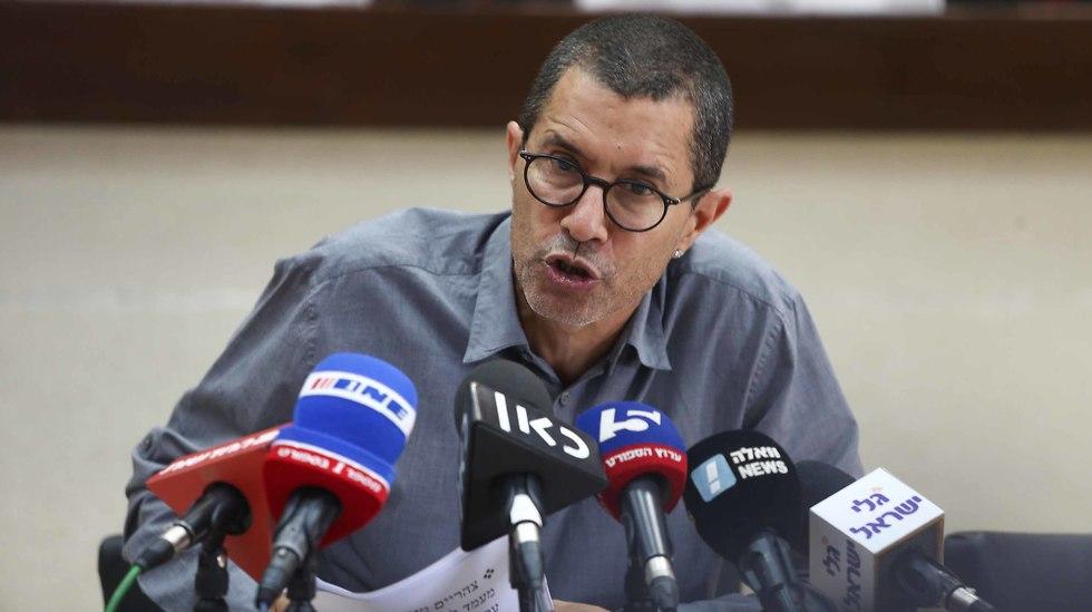 אלי טביב מדבר (צילום: ראובן שוורץ)