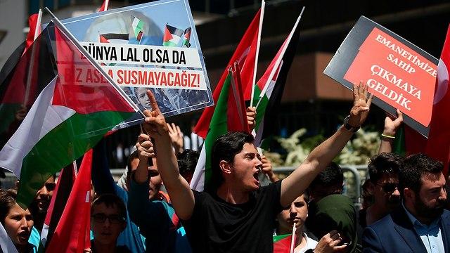 מפגינים מחוץ לקונסוליה של ישראל איסטנבול טורקיה (צילום: AP)